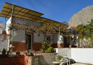 Large house in the attractive village of El Corro with many possibilities for rental but needs some modernization !!